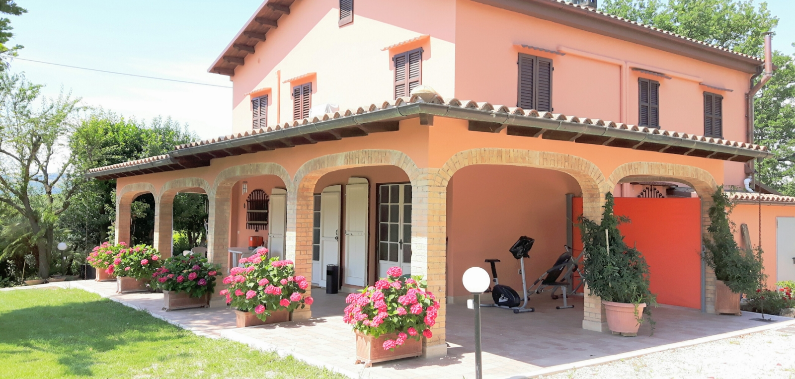 bb-ascoli-piceno-Foto-estiva-Porticato-1600x763